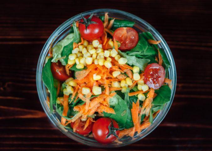 Un plats de crudités (fruits et légumes)
