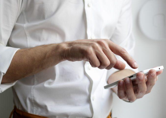 Un homme manipulant un smartphone