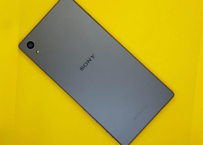Le dos d'un téléphone Sony Xperia