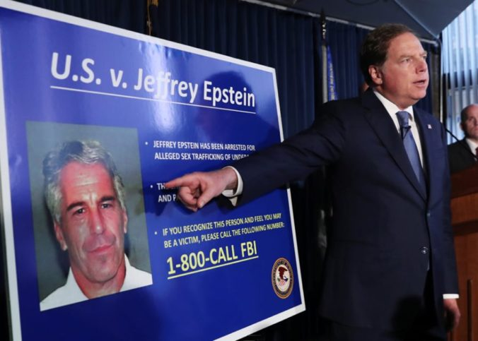 Le procureur général exposant sur l'affaireEpstein Jeffrey avec un portrait du financier sur une infographie