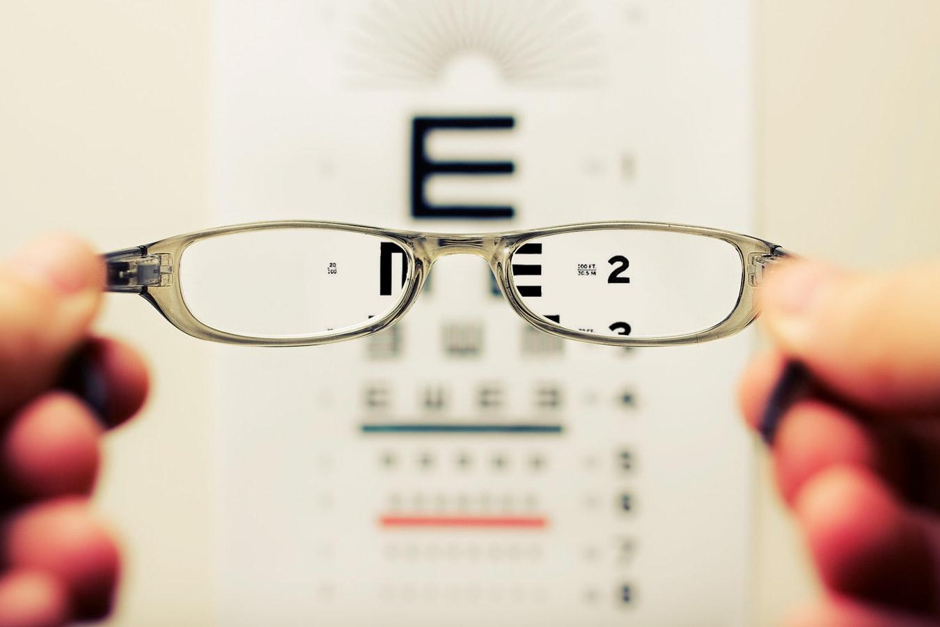 Une personne tenant des lunettes