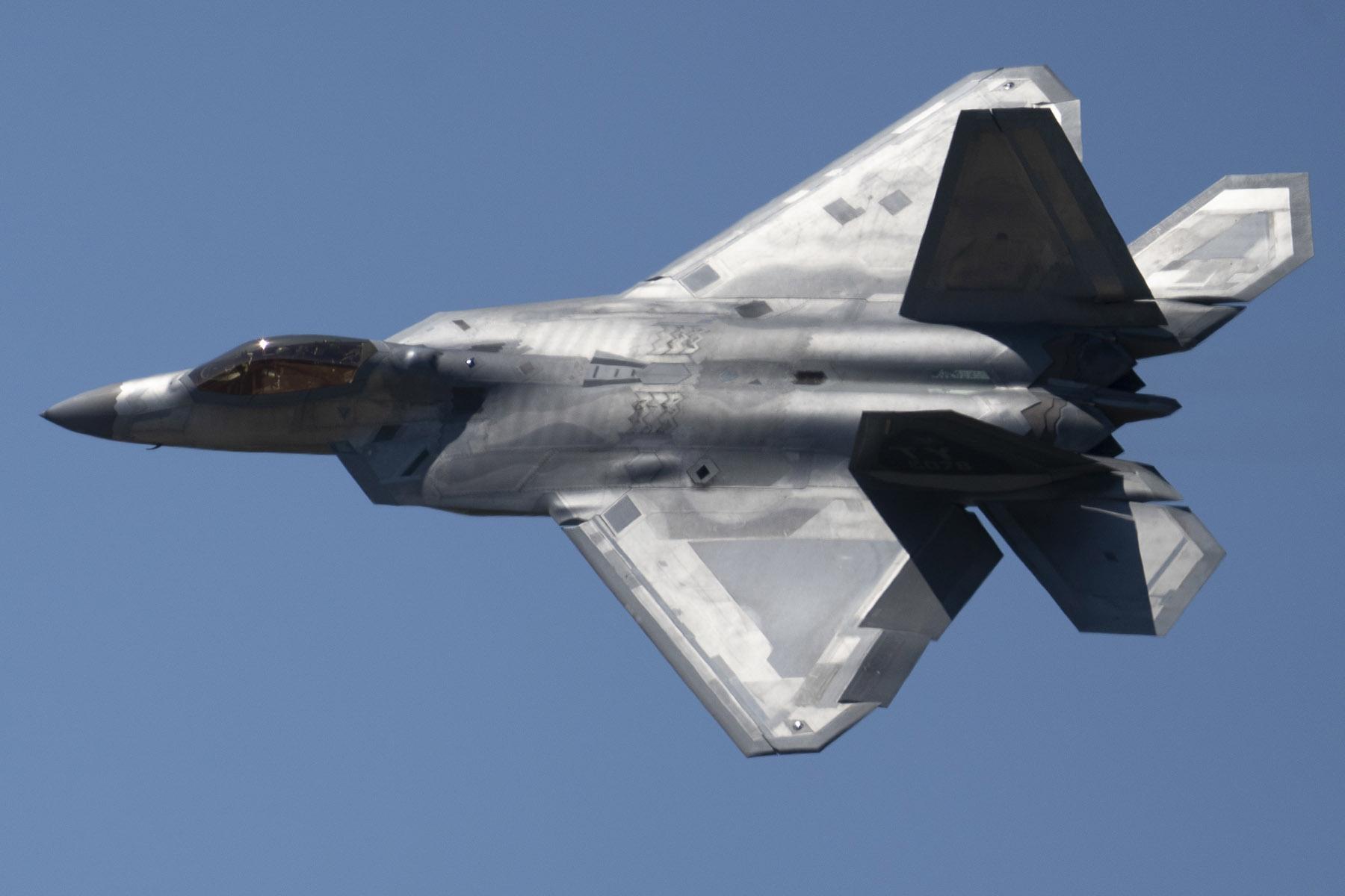 Un avion F-22 de l'US Air Force en pleine démonstration.