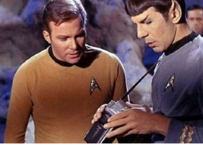 Mr Spock manipulant le tricordeur dans Star Trek.