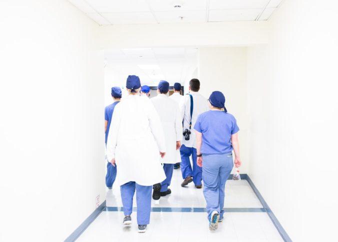 Des médecins dans un couloir de l'Hôpital Muguerza, à Monterrey, au Mexique