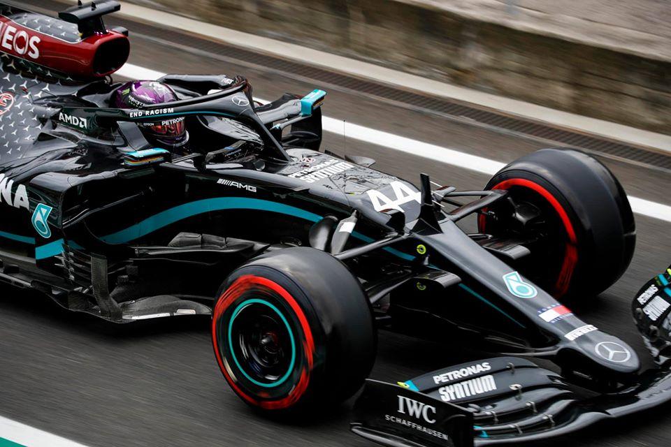 Lewis Hamilton dans sa monoplace sur un circuit.