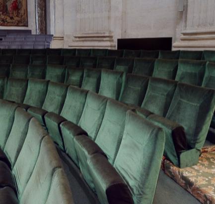 Des fauteuils tapissés de velours vert.
