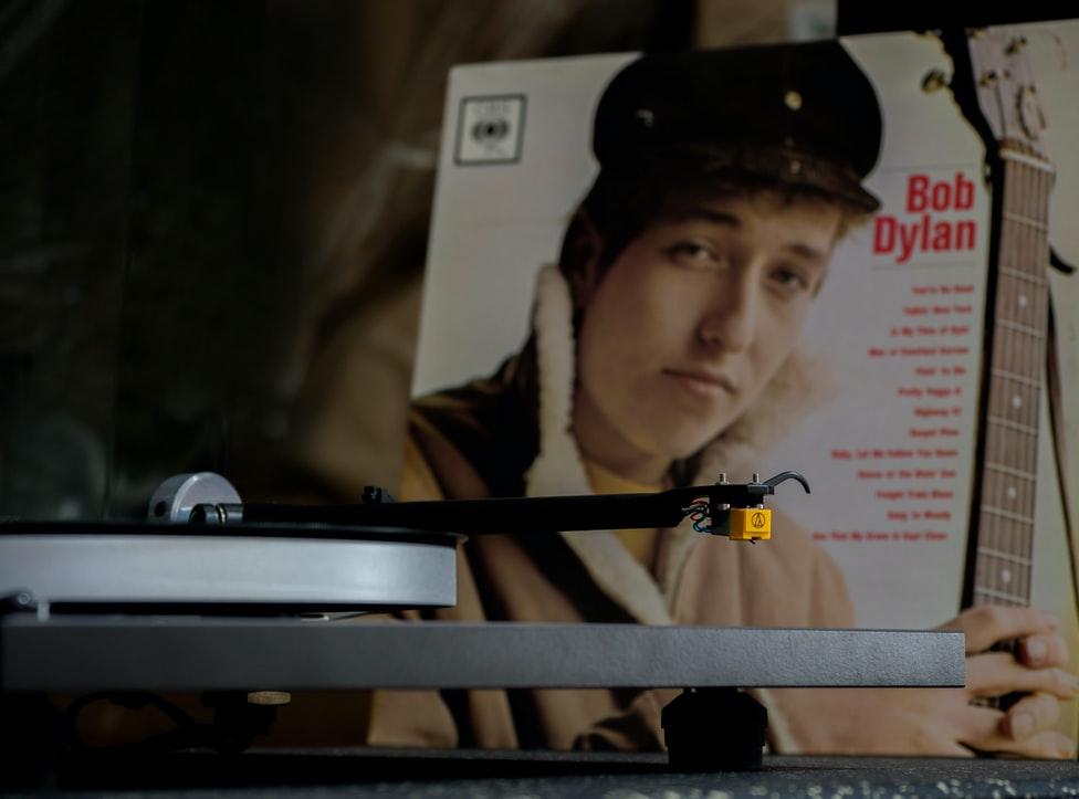 Un vinyle avec une pochette de Bob Dylan.
