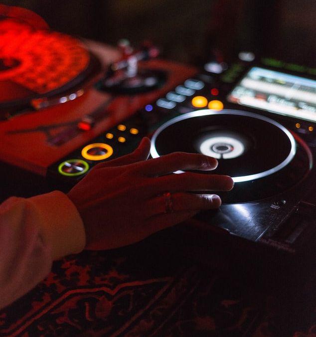 Un DJ sur sa platine lors d'une soirée techno.